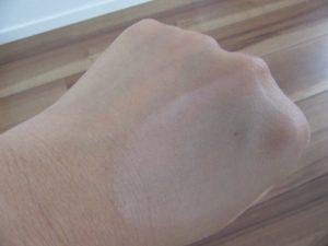 おしろいを塗った手の写真