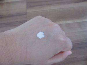 化粧下地をつけた手の写真